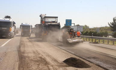 Les obres de renovació de ferm de l'A-2 van provocar retencions ahir al matí als carrils en direcció a Barcelona.