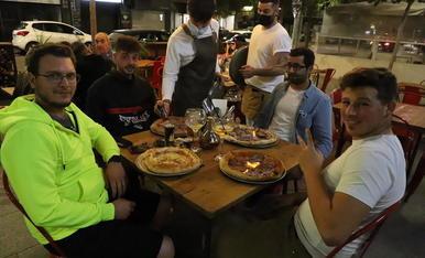 Un grup d'amics sopant a l'aire lliure en un restaurant del centre de Lleida ciutat.