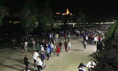 Imatge d'ahir a la matinada, on centenars de joves es van concentrar al riu a Lleida.