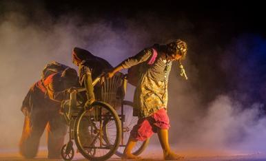 """Imatge de l'espectacle """"Camí a l'escola"""" de la companyia Campi Qui Pugui"""