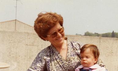 Som la meva àvia i jo la primavera del 1982, a la terrassa de l`àtic on vivia la meva àvia a la Gran Via de les Corts Catalanes (Barcelona).