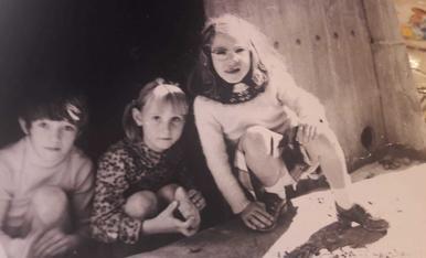 El meu germà , una amiga i jo a Vallfogona de Riucorb trencant ametlles.