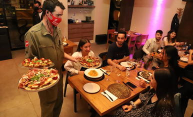 Un restaurante de Lleida el pasado domingo, el primer día en el que pudieron volver a servir cenas.