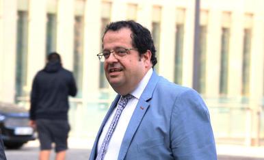 Quim Torra fue el encargado de colocar la medalla de president a su sucesor en el cargo, Pere Aragonès.