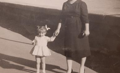 Amb la mare devant del muro del riu a Mequinensa
