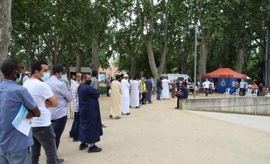 Cues de musulmans de més de 40 anys per vacunar-se amb Janssen, ahir al costat del Palau de Vidre.