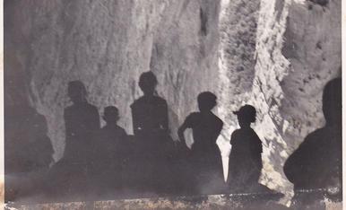 Excursió des de les Mines de Corçà al congost de Montrebei. jo sóc el del jersei a ratlles. Aqui dins la cova Colomera.