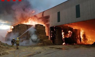 Espectacular incendi de bales de farratge a Vallfogona de Balaguer