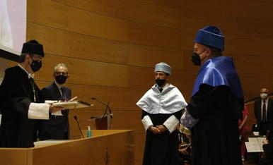 El rector de la UdL, Jaume Puy, en el moment d'investir doctor 'honoris causa' Damià Barceló.