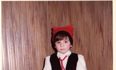 Soc jo fa 40 anys. No recordo perquè anava vestit així, però per la cara que posava, molta gràcia no em va fer.
