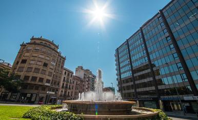 Sol radiant sobre Lleida, l'aigua de la font dona un toc de frescor
