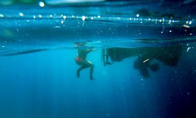 Un bany a alta mar, a la costa Brava, Cap de Creus.