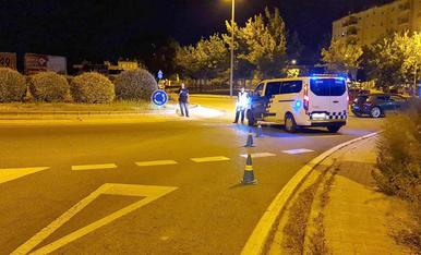 Imatge d'un control de la Guàrdia Urbana a Lleida ciutat durant el toc de queda.