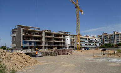 Obres per construir un nou bloc de pisos a Pardinyes, ahir.
