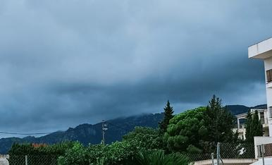 Montaña, piscina y cielo...contraste asegurado...