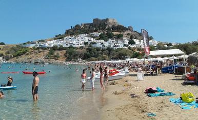 Dia relaxant a la platja de Lindos ( illa de Rodas ). Al fons, l'acròpolis.
