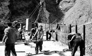 Milers de treballadors van participar en la construcció de la central.