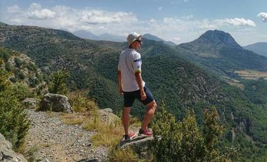 Des de la serra de Betesa a uns 1.500 m d'alçada, al Prepirineu d'Osca, gaudint de les espectaculars panoràmiques del Pirineu i Prepirineu català i oscenc. .