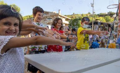 Pompas de jabón gigantes en Els Torms