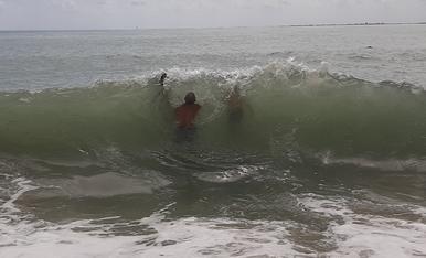 Espectaculars onades despres de la pluja, mol divertit per tots