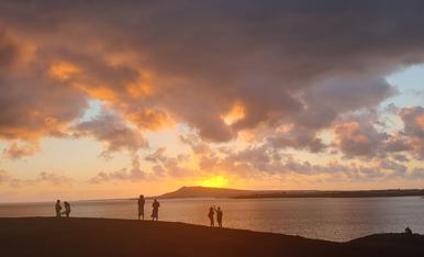 Puesta de sol en playa papagayo en lanzarote