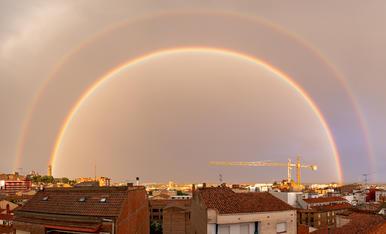 Panorámica desprès d'una tempesta d'estiu amb l'aparició de l'arc de Sant Martí