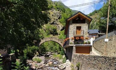 Tavascan, preciós poble de muntanya, amb el seu pont medieval de pedra i el riu Lladorre que el travessa. (Pallars Sobirà)