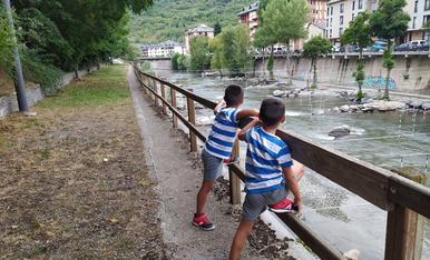 L'Adrià i el Pau tornen aquest any a la muntanya, aquesta vegada estan contemplant el riu Noguera Pallaresa de Sort