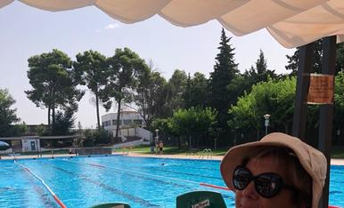 Disfrutant de la lectura a les piscines de les Borges Blanques