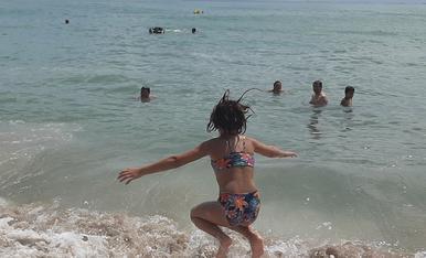 Saltan les oles a la platja de les Avellanes a l' Ampolla