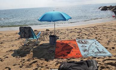 La tranquilitat del mes de setembre a la platja de les avellanes a l' Ampolla