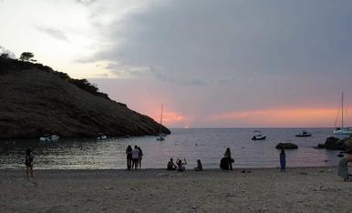 Admirant un preciosa posta de sol a una cala d'Eivissa
