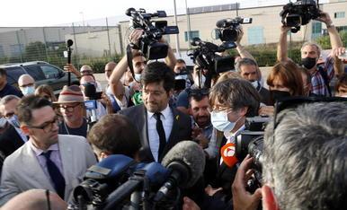 Carles Puigdemont, a l'abandonar ahir la presó sarda en què havia estat internat hores abans, rodejat de gran expectació mediàtica.