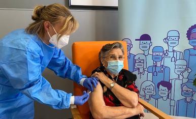 Leocàdia Peña, resident a la residència Verge de Ribera de La Pobla de Segur, en el moment de vacunar-se.