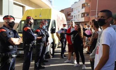 Decenas de vecinos de Rosselló mostraron su rechazo ante lo ocurrido delante del ayuntamiento.