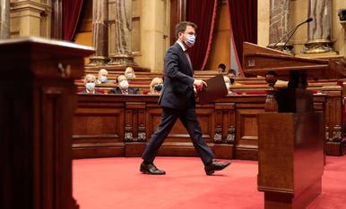 El presidente del Govern, Pere Aragonès, dirigiéndose hacia el atril durante el debate de política general del Parlament.