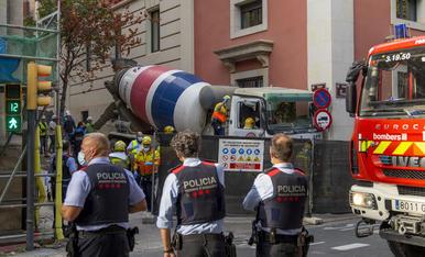 Mossos, Urbana i SEM ahir a la tarda al lloc de l'accident, a l'encreuament de la rambla Ferran i el carrer Audiència.