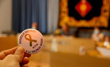 Una xapa de Rosselló on es demana aturar la violència sexual durant el Ple on es va condemnar l'agressió a una menor del municipi.