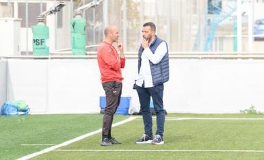 L'entrenador, Gabri, amb el president del Lleida, Jordi Esteve, durant l'entrenament d'ahir.