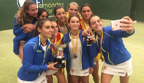 Laia Bonilla, amb el trofeu a les mans, posa al costat de la resta de les integrants de la selecció catalana.