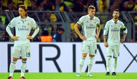 Modric, Kroos i Ramos es lamenten al finalitzar el partit per l'empat a última hora del Dortmund.