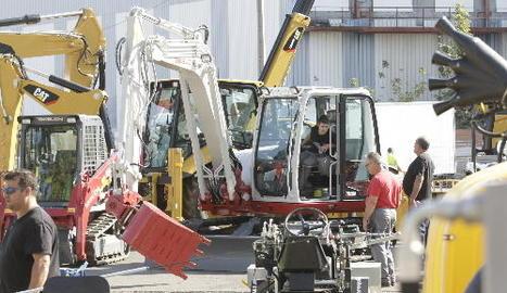 Operaris col·locant ahir màquines exposades al recinte de la Fira de Sant Miquel.