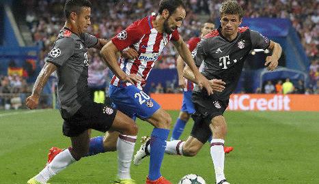 Juanfran avança entre Thiago i Thomas Müller, del Bayern.