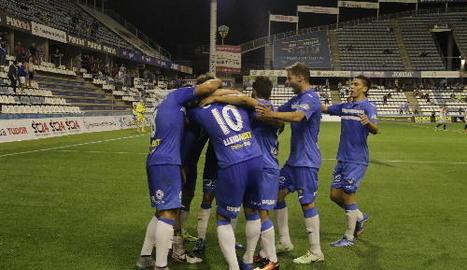 Cristian Fernández protegeix la pilota davant de dos rivals.