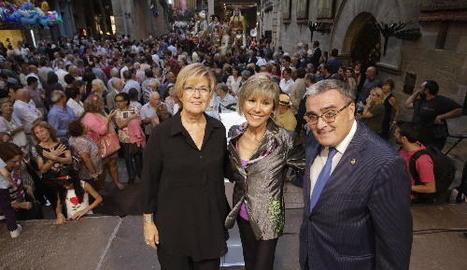 La presentadora Mari Pau Huguet, al centre, ahir al costat de Montse Parra i Àngel Ros després del pregó.