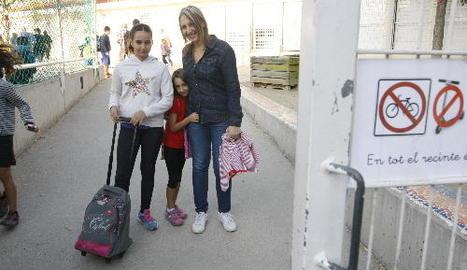 Ingrid Arilla, posant amb les seues filles Yurena i Leyre, a la porta de l'Enric Farreny ahir al matí.