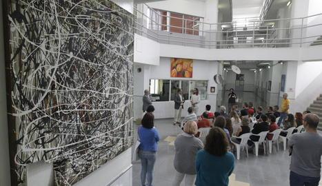 Un moment ahir de la inauguració de l'exposició 'In/Out' amb artistes, familiars, autoritats i reclusos al Centre Penitenciari de Ponent.