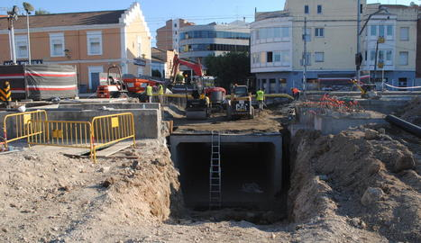 Les obres per instal·lar una caixa prefabricada, element principal del pas soterrat.