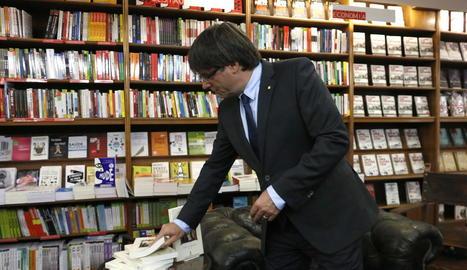 Puigdemont, mirant un dels llibres que va comprar ahir a Lisboa sobre Ramon Llull.