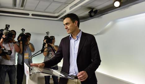 Un moment de la compareixença de Sánchez davant de la premsa.